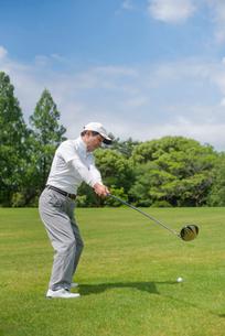 ゴルフをする中高年男性の写真素材 [FYI01536436]