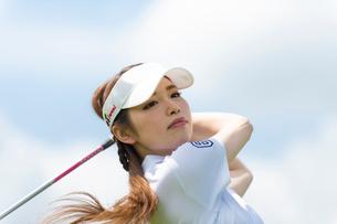 ゴルフをする20代女性の写真素材 [FYI01536443]