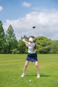ゴルフをする20代女性の写真素材 [FYI01536450]