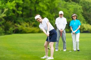 ゴルフをする家族の写真素材 [FYI01536453]