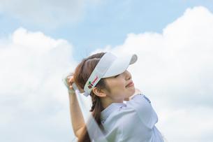 ゴルフをする20代女性の写真素材 [FYI01536471]