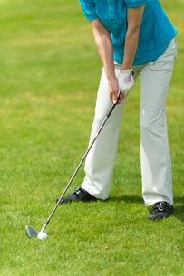 ゴルフをする中高年女性の写真素材 [FYI01536491]