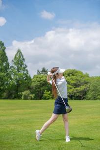 ゴルフをする20代女性の写真素材 [FYI01536528]