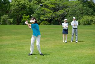 ゴルフをする三人家族の写真素材 [FYI01536554]