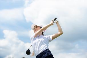 ゴルフをする20代女性の写真素材 [FYI01536605]