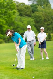 ゴルフをする家族の写真素材 [FYI01536625]