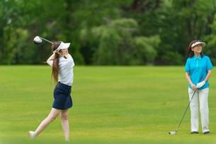 ゴルフをする母と娘の写真素材 [FYI01536633]