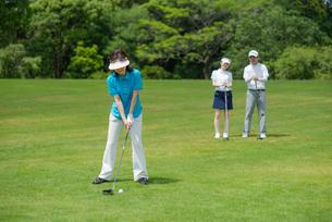 ゴルフをする三人家族の写真素材 [FYI01536637]