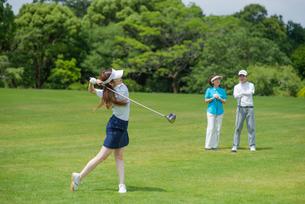 ゴルフをする三人家族の写真素材 [FYI01536638]
