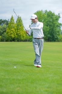 ゴルフをする中高年男性の写真素材 [FYI01536682]