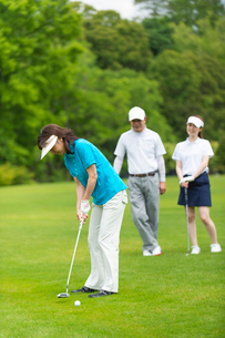 ゴルフをする家族の写真素材 [FYI01536708]