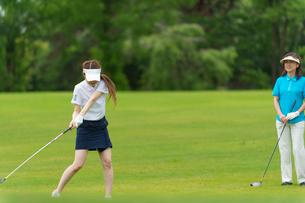 ゴルフをする母と娘の写真素材 [FYI01536796]