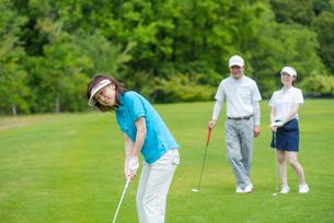 ゴルフをする家族の写真素材 [FYI01536799]
