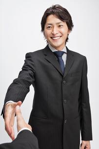 手を差し出すビジネスマンの写真素材 [FYI01536805]