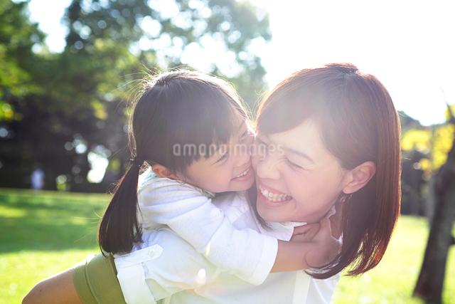 笑顔の母と子の写真素材 [FYI01536846]