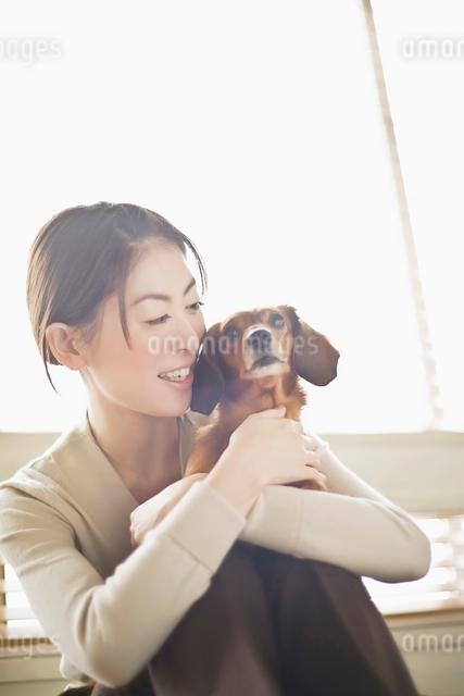 犬を抱く女性の写真素材 [FYI01536868]