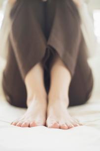 女性の足元の写真素材 [FYI01536878]