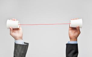 糸電話を持つ2人のビジネスマンの写真素材 [FYI01536884]