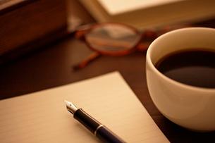 机の上に置かれたペンとコーヒーカップの写真素材 [FYI01536901]