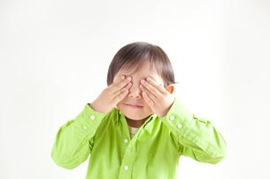 目をおさえる男の子の写真素材 [FYI01537049]