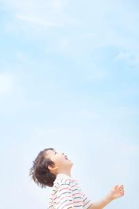 青空を見上げる男の子の横顔の写真素材 [FYI01537097]