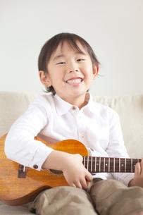 ウクレレを持った笑顔の男の子の写真素材 [FYI01537098]