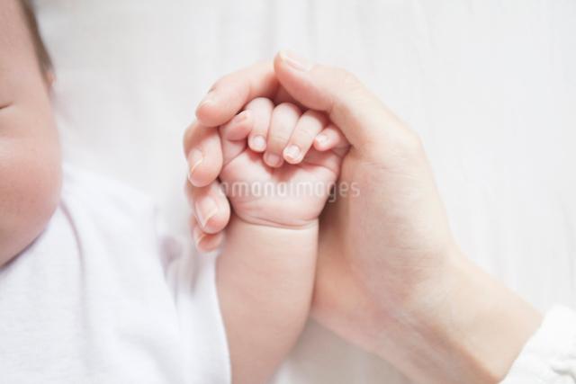 赤ちゃんと母の手の写真素材 [FYI01537158]