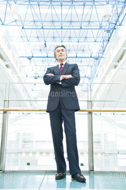 腕組みをする日本人ビジネスマンの写真素材 [FYI01537183]