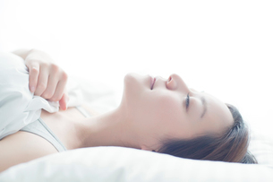 ベッドで眠る日本人女性の写真素材 [FYI01537226]