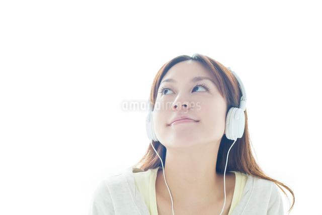 ヘッドフォンで音楽を聞く日本人女性の写真素材 [FYI01537259]