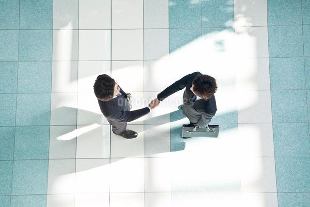 握手をする2人のビジネスマンの写真素材 [FYI01537266]