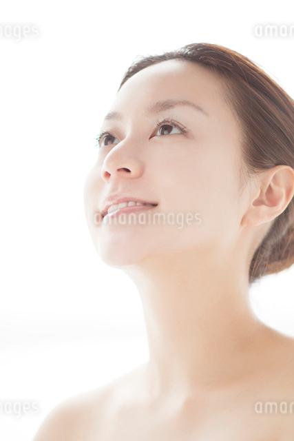 上を見上げる日本人女性の写真素材 [FYI01537316]