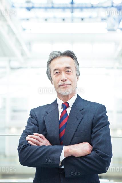 腕組みをする日本人ビジネスマンの写真素材 [FYI01537328]