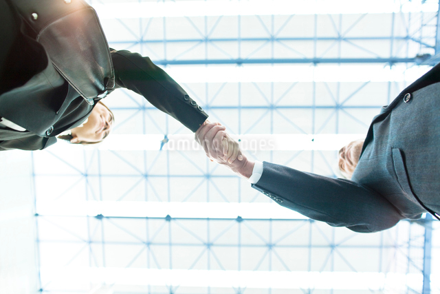 握手するビジネスマンとビジネスウーマンの写真素材 [FYI01537339]