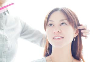 髪を切る日本人女性の写真素材 [FYI01537386]