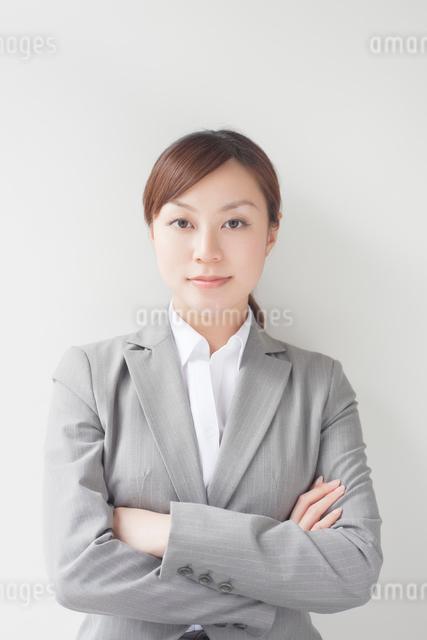 腕組みをするビジネスウーマンの写真素材 [FYI01537415]