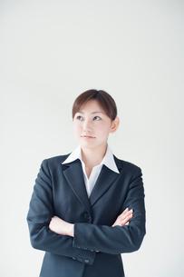 腕組みをするビジネスウーマンの写真素材 [FYI01537422]