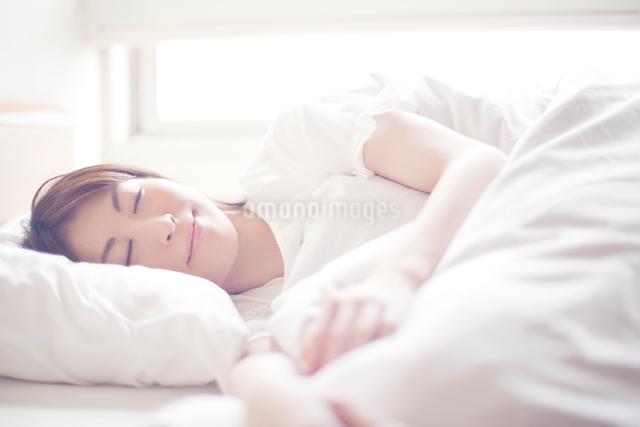 眠る日本人女性の写真素材 [FYI01537432]