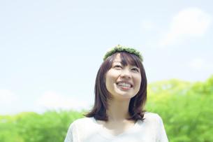 花冠をつけた笑顔の日本人女性の写真素材 [FYI01537477]