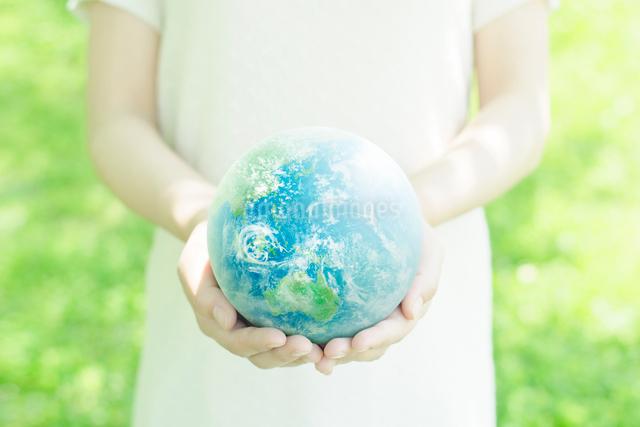 地球を持つ女性の手の写真素材 [FYI01537552]