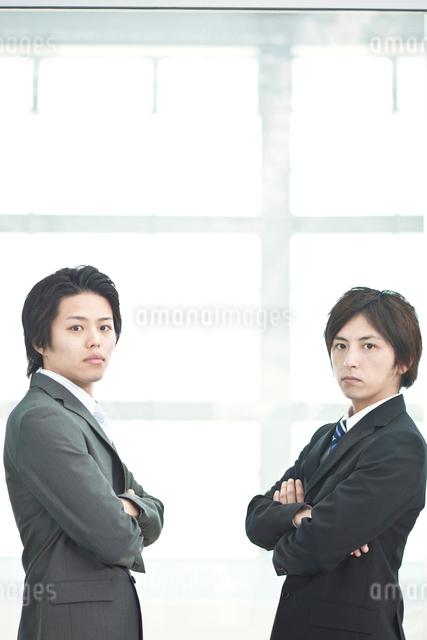 腕組みをする2人の日本人ビジネスマンの写真素材 [FYI01537575]