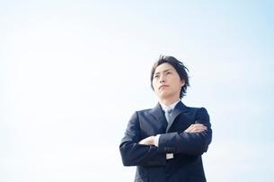 腕組みをするビジネスマンの写真素材 [FYI01537594]