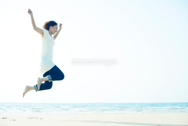 ジャンプする若い女性の写真素材 [FYI01537698]