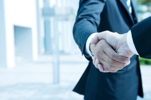 握手をするビジネスマンの手の写真素材 [FYI01537729]