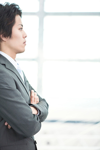 腕組みをする日本人ビジネスマンの横顔の写真素材 [FYI01537730]