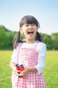 双眼鏡を持つ笑顔の女の子の写真素材 [FYI01537767]