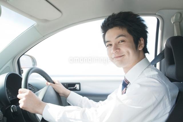 運転席に座るビジネスマンの写真素材 [FYI01537784]