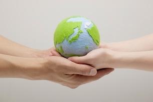 地球を持つ男女の手の写真素材 [FYI01537800]