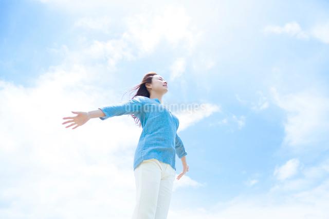 両手を広げる日本人女性の写真素材 [FYI01537831]