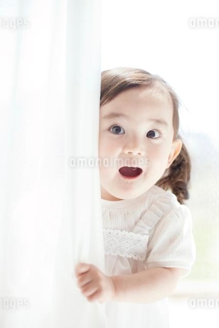 驚く女の子の写真素材 [FYI01537902]